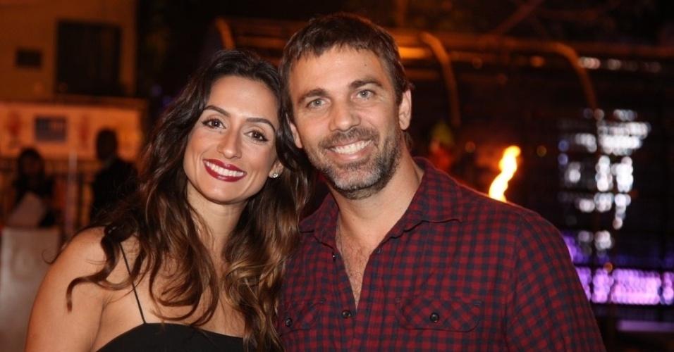 """15.set.2014 - Marcelo Faria vai com a mulher ao aniversário do produtor Sandro Chaim, no Rio. O ator está no ar em """"Malhação"""""""