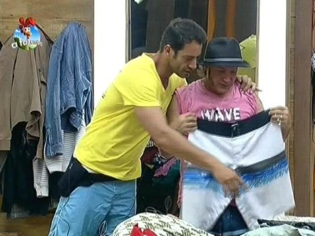 16.ago.2014 - Diego Cristo doa bermuda para Roy em