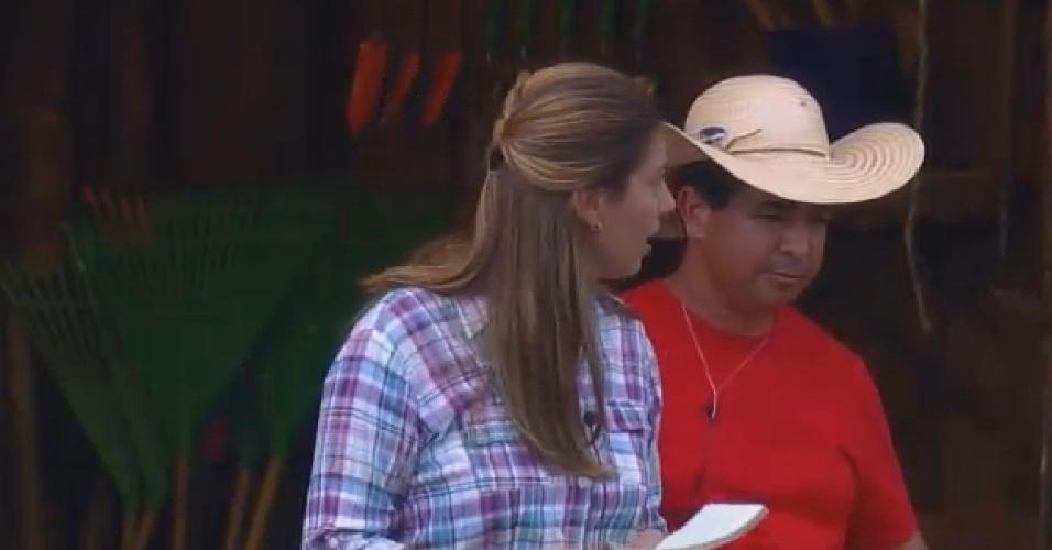 16.set.2014 - A zootecnista do programa e o caseiro acompanham os peões para conhecer a sede