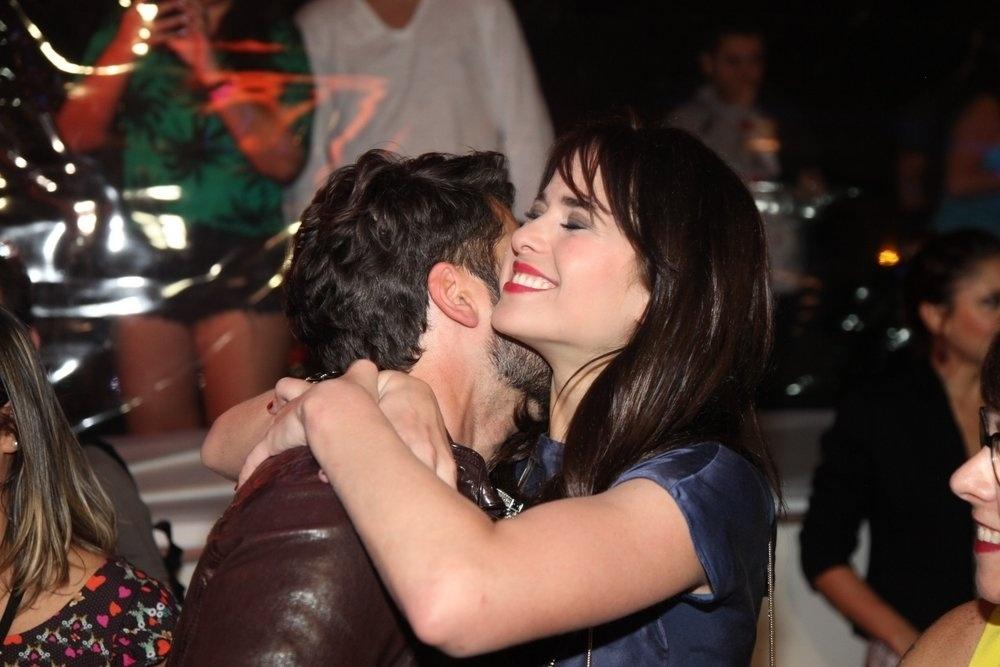 16.set.2014 - Bruno Gagliasso e Regiane Alves se abraçam na pré-estreia do filme