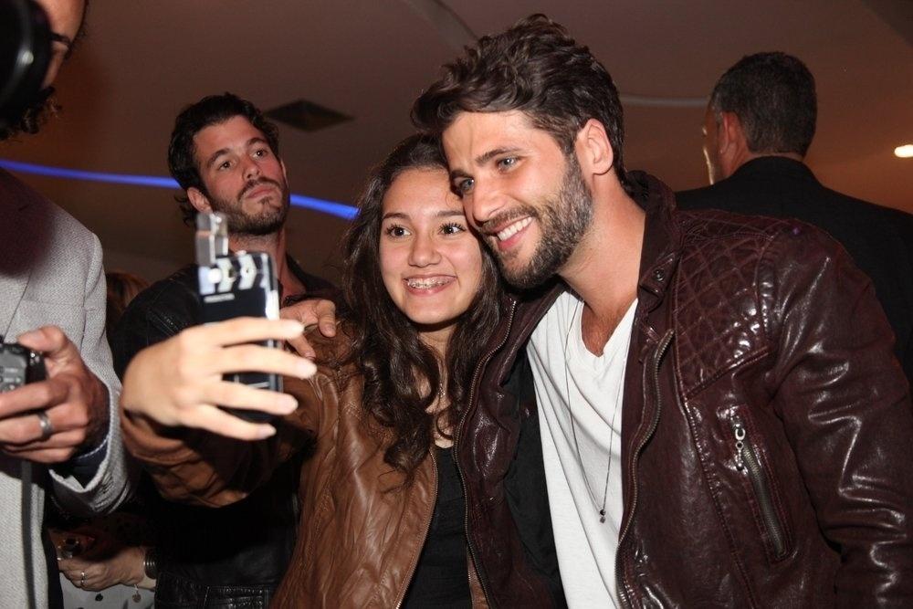16.set.2014 - Bruno Gagliasso é tietado por fãs na pré-estreia do filme