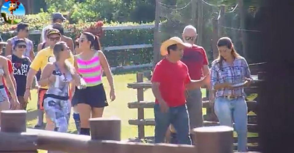 """16.set.2014 - Caseiro e zootecnista de """"A Fazenda 7"""" ensinam sobre os cuidados dos animais para os peões"""
