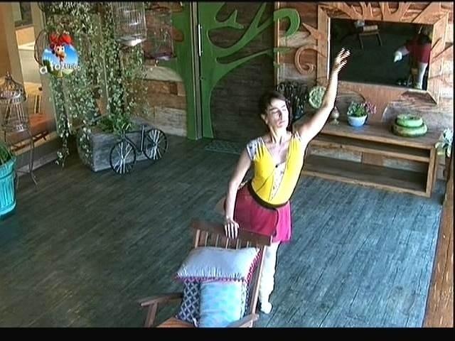 16.set.2014 - Heloisa Faissol faz sequência de balé na varanda de