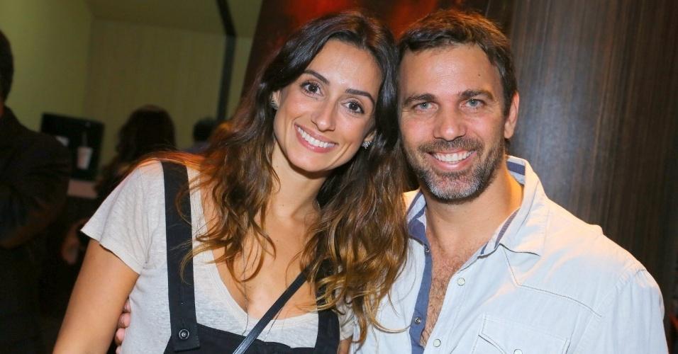 """16.set.2014 - Marcelo Faria vai com a mulher na pré-estreia do filme """"Isolados"""", no Rio"""