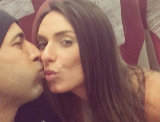 Nicole Bahls publica foto em que aparece ganhando beijo de Emerson Sheik