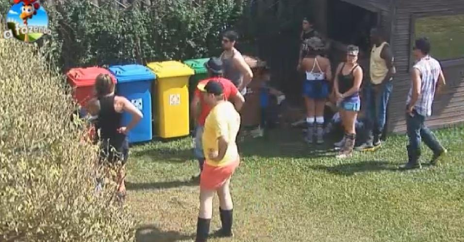 16.set.2014 - Peões observam explicação sobre separação do lixo para reciclagem