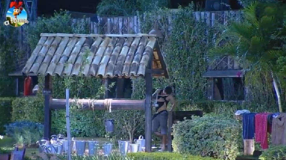 16.set.2014 - Peões se divertem no meio da madrugada, desta terça-feira, brincando de esconde-esconde no lado externo da casa