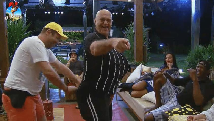 16.set.2014 -  Peões transformam Oscar Maroni em Lorena Bueri na varanda da Fazenda, na madrugada desta terça-feira