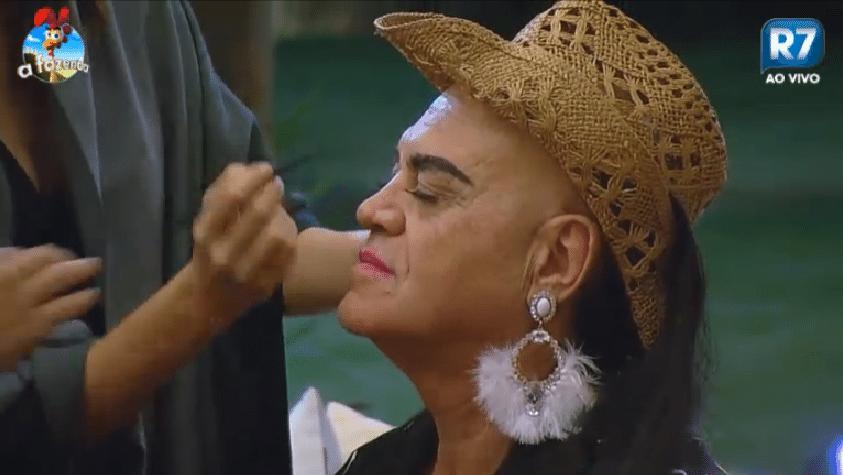 16.set.2014 - Peões transformam Oscar Maroni em Lorena Bueri na varanda da Fazenda, nesta segunda-feira