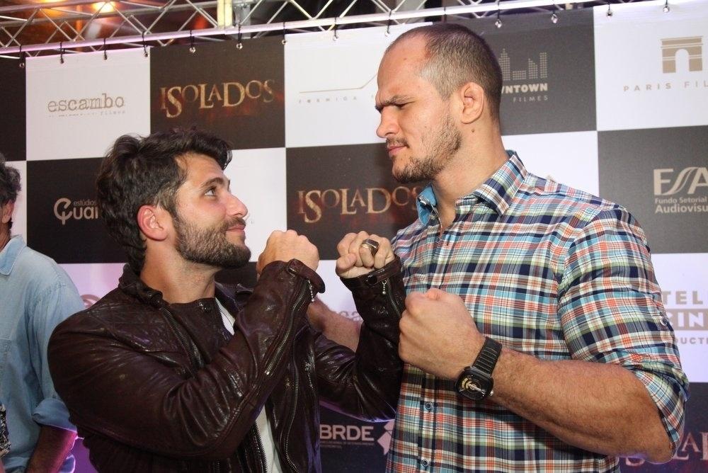 16.set.2014 -Bruno Gagliasso tieta o lutador do UFC Junior Cigano na pré-estreia do filme
