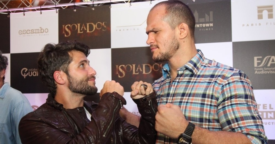 16.set.2014 -Bruno Gagliasso tieta o lutador do UFC Junior Cigano na pré-estreia do filme
