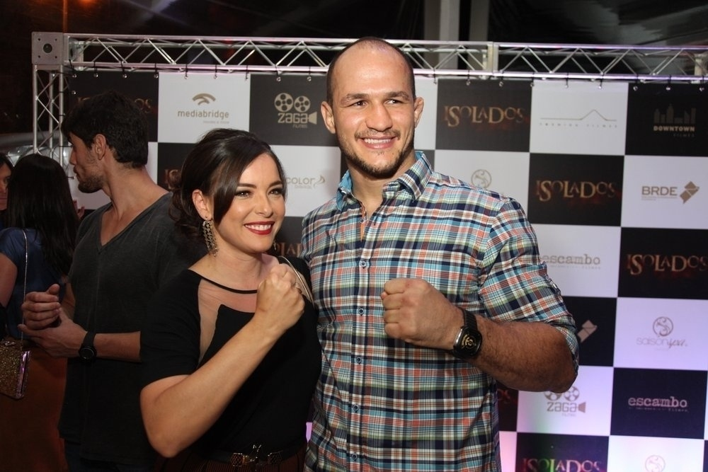 16.set.2014 -Regiane Alves tieta o lutador do UFC Junior Cigano na pré-estreia do filme