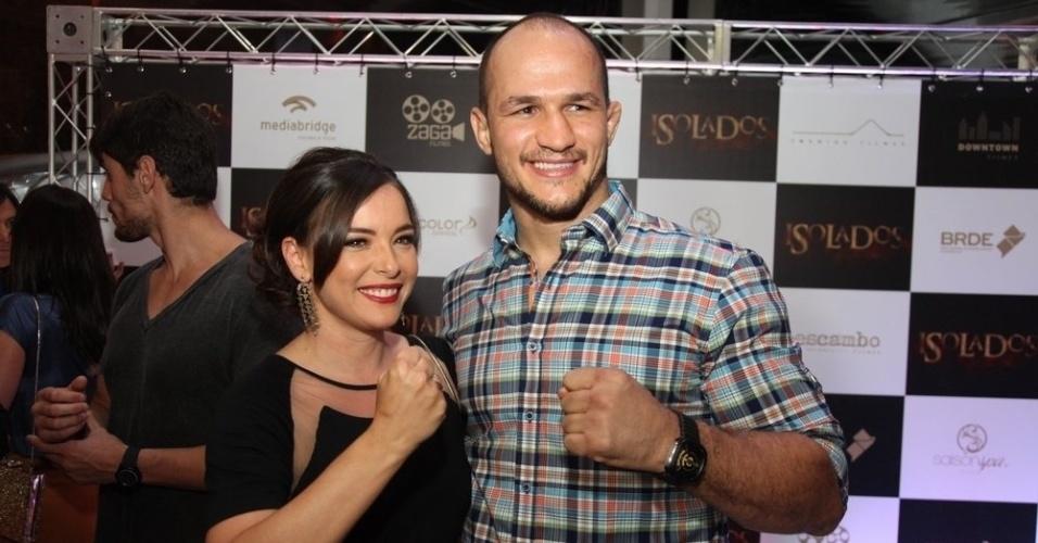 """16.set.2014 -Regiane Alves tieta o lutador do UFC Junior Cigano na pré-estreia do filme """"Isolados"""", no Rio"""