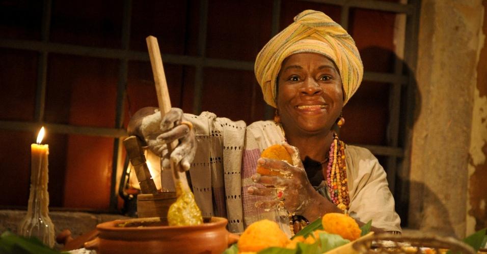 """2012 - Em """"Lado a Lado"""", Zezeh Barbosa interpretou Tia Jurema. A personagem era famosa por sua comida e suas rodas de samba, além de jogar búzios"""