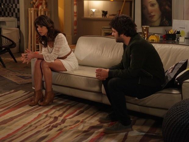 Manuela (Chandelly Braz) e Davi (Humberto Carrão) conversam em