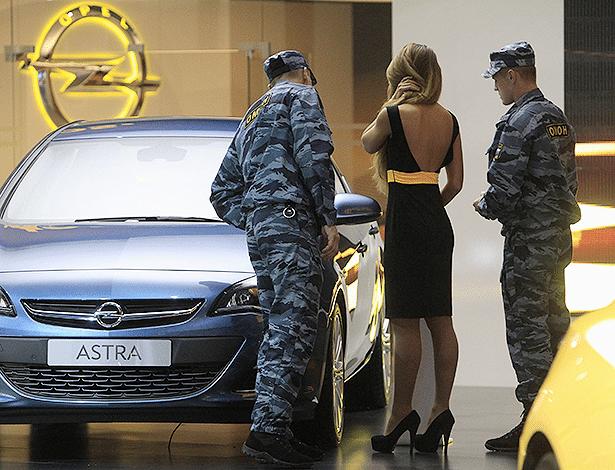 Atual geração do Astra é visto por seguranças durante Salão de Moscou de 2012 - Sergei Karpukhin/Reuters