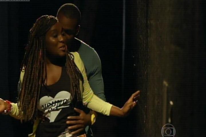 """16.set.2014 - Na série, Elder (Rafael Zulu) e Zuma (Karin Hils) vivem um romance. O casal protagoniza cenas quentes na estreia de """"Sexo e as Negas"""""""