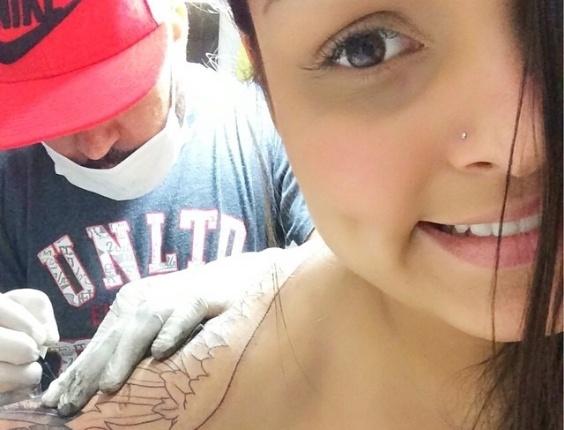 17.set.2014 - Andressa Soares, a Mulher Melancia, faz nova tatuagem