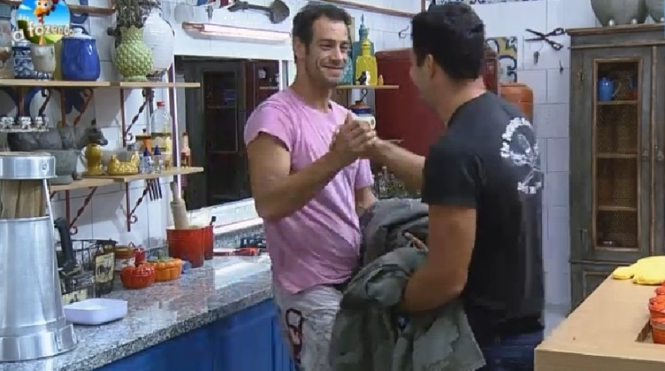 17.set.2014 - Diego Cristo e Marlos Cruz conversam no meio da madrugada desta quarta-feira e começam a chorar por seus respectivos filhos