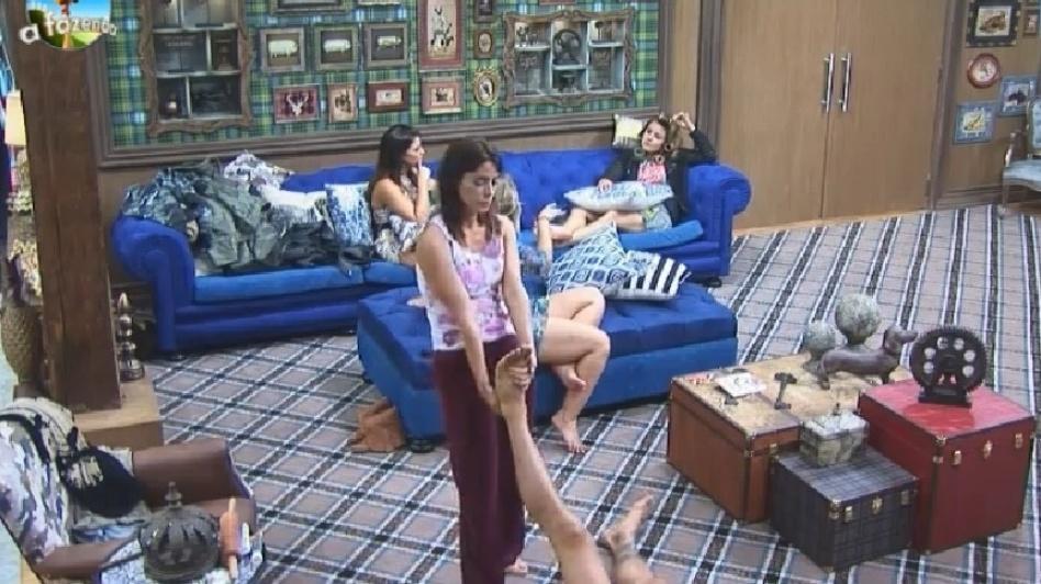 17.set.2014 - Diego Cristo reclama de dores nas costas e Heloísa Faissol ajuda o peão fazendo massagem em suas costas