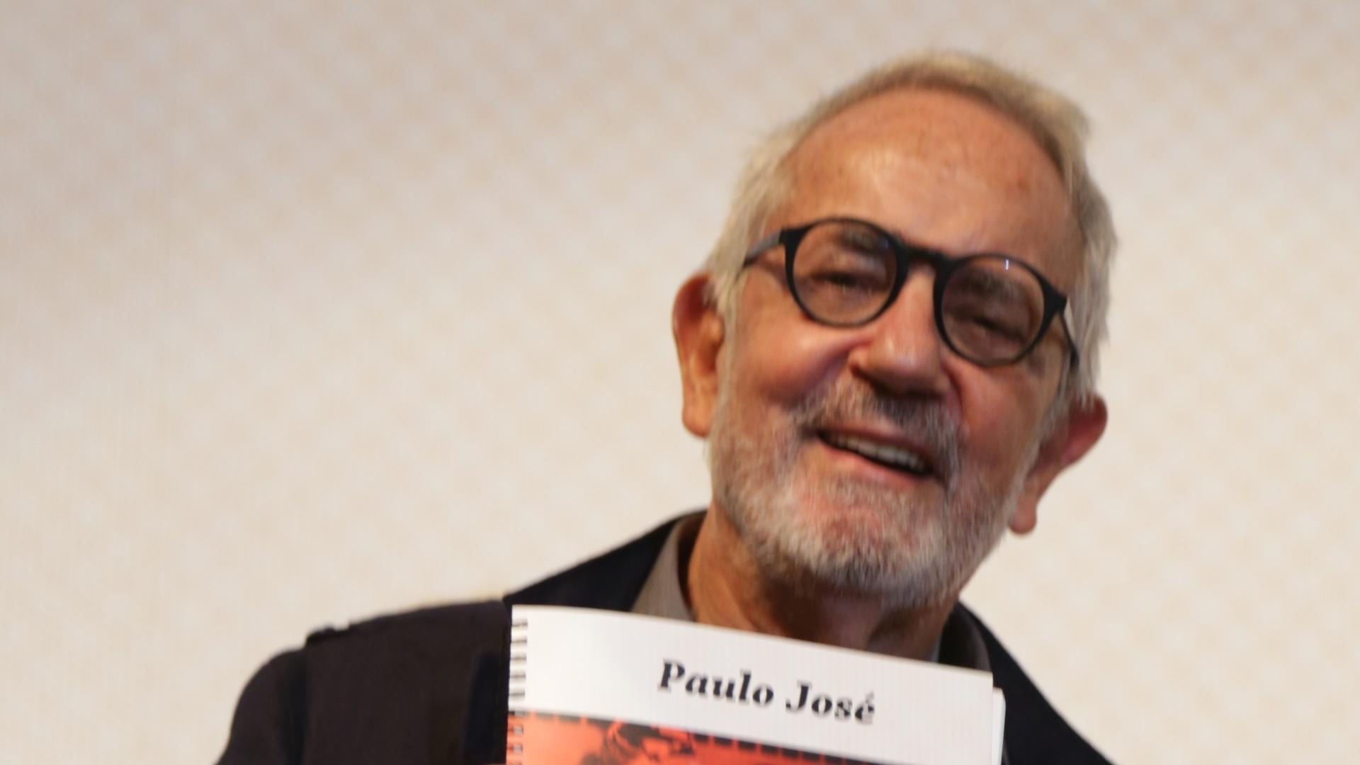 17.set.2014 - Homenageado no 21° Festival de Vitória, ator Paulo José recebe o troféu Marlin Azul, no Theatro Carlos Gomes