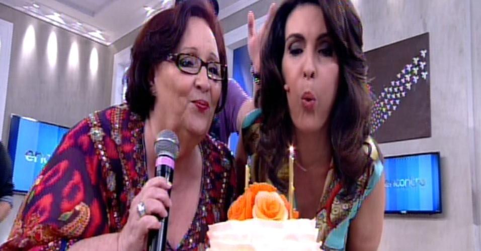 17.set.2014 - No dia de seu aniversário de 52 anos, Fátima Bernardes apaga vela com Dea Lúcia, mãe de Paulo Gustavo e também aniversariante do dia