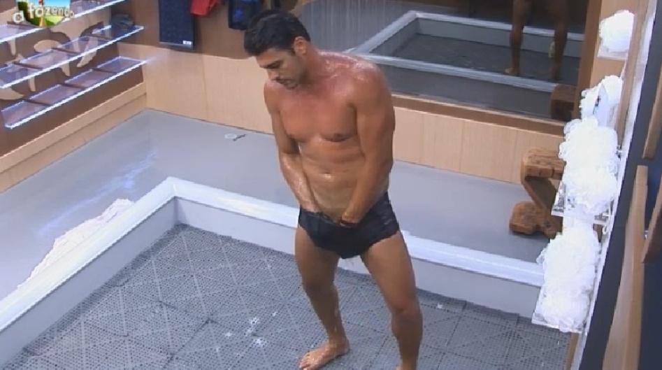17.set.2014 - O ator Marlos Cruz toma banho na madrugada desta quarta-feira, em