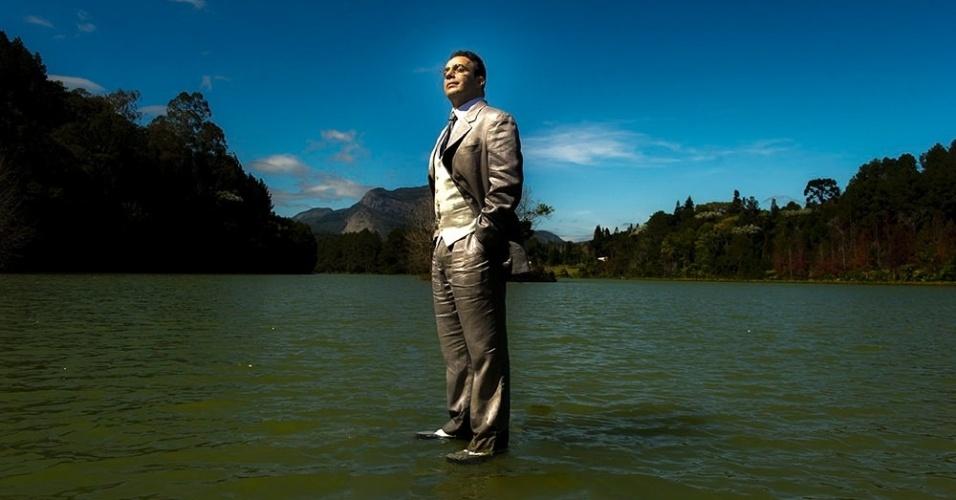 Castilho (Marcelo Médici) é o guia espiritual que acompanha Caique (Sérgio Guinzé) desde a infânica