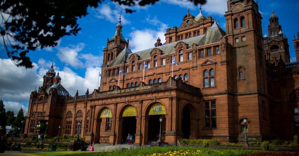 """Cercado por um dos parques mais belos da cidade (Glasgow, em gaélico, significa """"o querido lugar verde""""), o Museu e Galeria de Arte Kelvingrove fica em um prédio de tijolos vermelhos formidável, construído em 1901"""