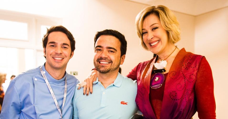 """Daniel Ortiz, autor de """"Alto Astral"""", fez questão de dar um abraço em Claudia Raia e Conrado Caputto"""