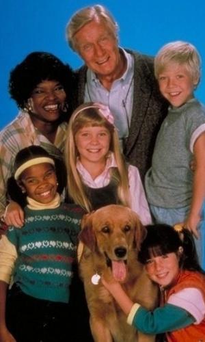"""Elenco do seriado """"Punk, A Levada da Breca"""", que foi transmitido na televisão pela primeira vez em 1984. No Brasil, o programa vez sucesso no SBT. Na foto, o elenco principal: Soleil Frye (Punky), George Gaynes (Arthur Bicudo), Susie Garret (Luiza Alves), Cherie Johnson (Cátia Alves), Ami Foster (Margot Kramer), Casey Ellison (Junior Anderson) e o cachorro Pinky"""