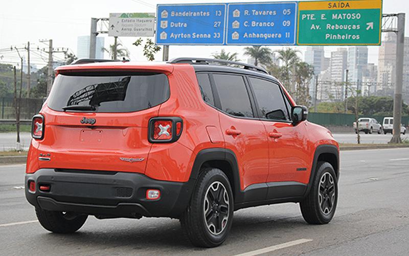 Jeep Renegade da versão TrailHawk 4x4 (a mais equipada) é flagrado sem camuflagem na Zona Oeste de São Paulo (SP); SUV estará no Salão do Automóvel, em outubro