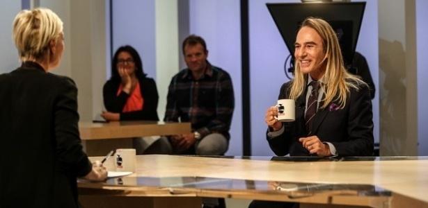 """John Galliano em entrevista ao programa francês """"Le Supplément"""", no Canal Plus - Reprodução/Maxime Bruno/Canal +"""