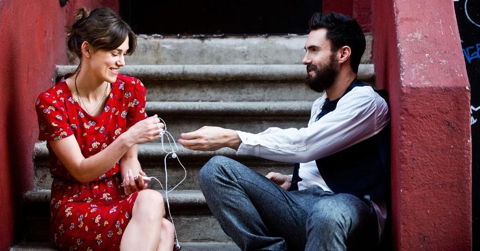"""Keira Knightley e Adam Levine em cena de """"Mesmo Se Nada Der Certo"""""""