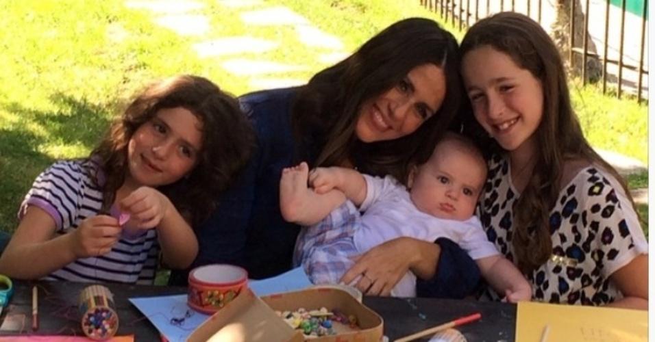 Mãe dedicada, Soleil Frye se diverte com os filhos em tarde de desenho. Na imagem, ela posa sorridente com Poet, 9 anos, Jagger, 6 anos e o caçula no colo, que nasceu no início de 2014