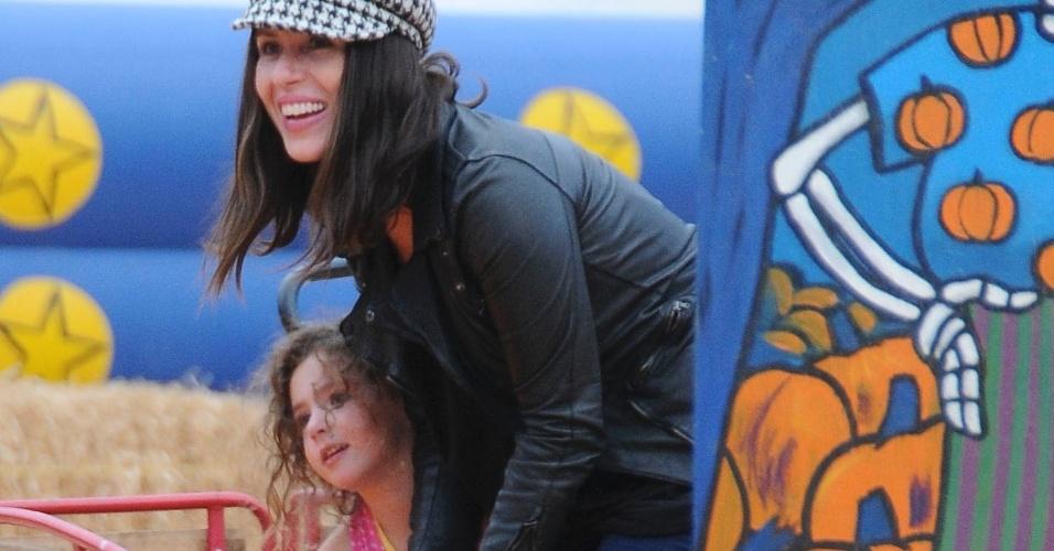 No dia das Bruxas, Soleil se diverte com abóboras com a filha no West Hollywood, na Califórnia em outubro de 2012