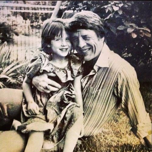 """No Dia dos Pais, Soleil Moon Frye publicou uma foto criança ao lado do seu pai: """"Feliz Dia dos Pais. Eu sinto sua falta""""."""