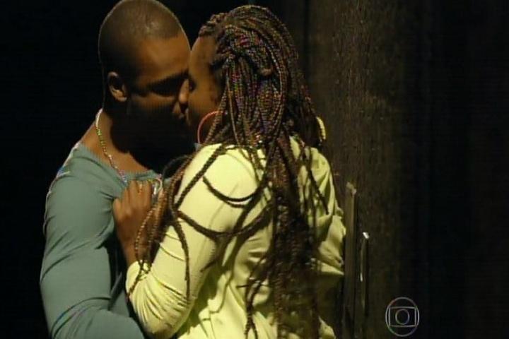 """Rafael Zulu e Karin Hils protagonizam cenas quentes em """"Sexo e as Negas"""""""