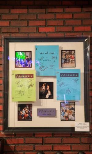 """Set.2014 - Os fãs da série """"Friends"""" que forem à réplica da loja aberta em Nova York poderão ver alguns objetos usados pelos atores que deram vida a Ross, Rachel, Monica, Chandler, Joey e Phoebe por dez anos"""