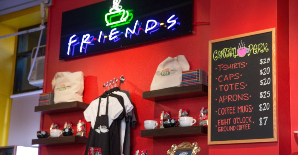 Set.2014 - Uma lojinha foi montada dentro da cafeteria. Camisetas, canecas e pó de café personalizado, da marca Eight O'Clock, estão à venda para os fãs