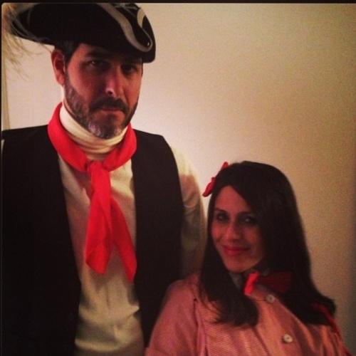 """Soleil e o marido fantasiados para curtir uma festa: """"O meu marido e eu estamos todos vestidos com estilo dos anos 80"""", escreveu"""