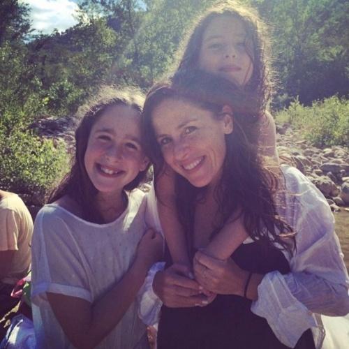 """Soleil Moon Frye é fundadora de um boutique infantil com foco na preservação do meio ambiente. Na foto ela posa com a filhas mais velhas, Poet e Jagger: """"Eu e minhas pequenas senhoras no rio na floresta"""", escreveu ela no Instagram"""