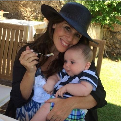 """Soleil Moon Frye se tornou uma mãezona e publica nas redes sociais fotos lambendo as crias. Na imagem, a atriz dá papinha para o caçula Lyric, que nasceu no início de 2014: 'Meu menino tem sua primeira comida, pêras orgânicas na Toscana"""", escreveu ela na legenda da foto"""