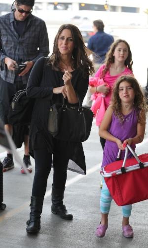 Soleil Moon Frye com o marido, Jason Goldberg, e as filhas , Poet e Jagger, chegam no Aeroporto Internacional de Los Angeles em agosto de 2013