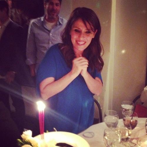 """Sorridente, Soleil Moon Frye durante a comemoração de seu aniversário em 2013 com amigos e familiares: """"Sentindo o amor!"""", disse ela"""