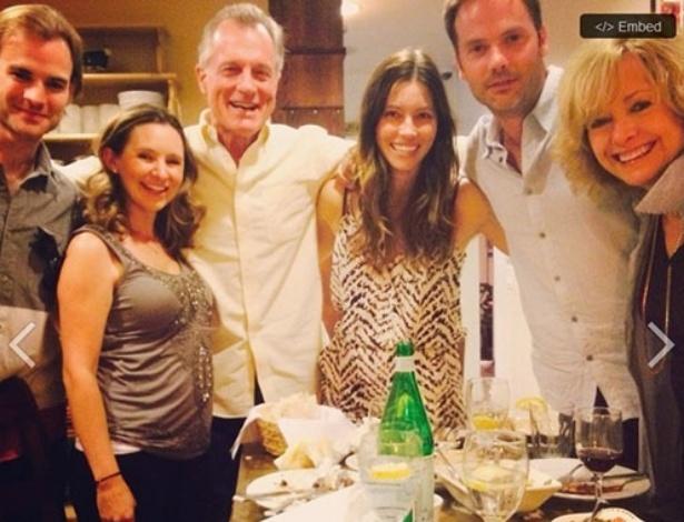 """Elenco da série """"Sétimo Céu"""" se reúne para jantar. Estavam presentes David Gallagher, Beverly Mitchell, Stephen Collins, Jessica Biel, Barry Watson e Catherine Hicks"""