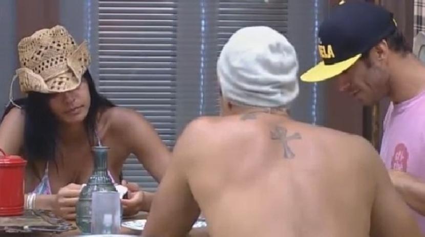 18.ago,2014 - Além do braço tatuado, Léo Rodriguez também tem uma figura de Jesus Cristo com asas tatuada nas costas