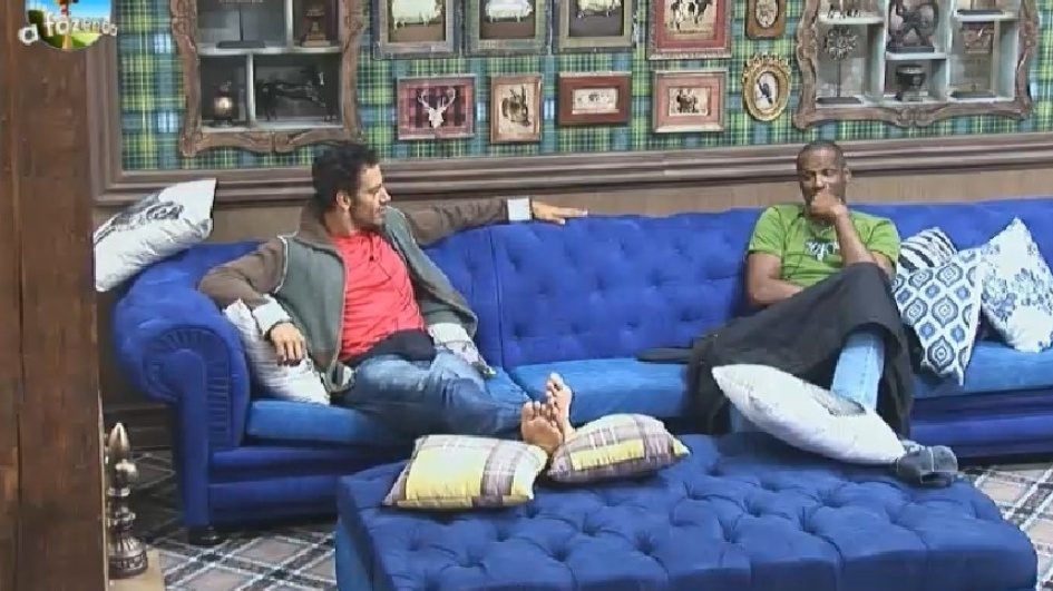 18.set.2014 - Diego Cristo e Robson Caetano passam a madrugada em claro conversando na sala da sede de