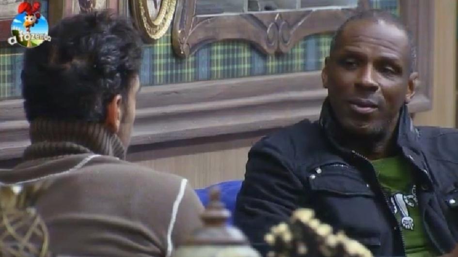 """18.set.2014 - Diego Cristo e Robson Caetano passam a madrugada em claro conversando na sala da sede de """"A Fazenda 7"""""""