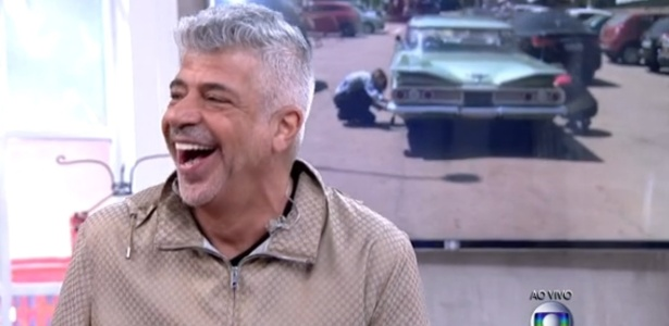 Lulu Santos diz ter inveja de carro antigo e, aos fundos, calota de automóvel cai ao vivo